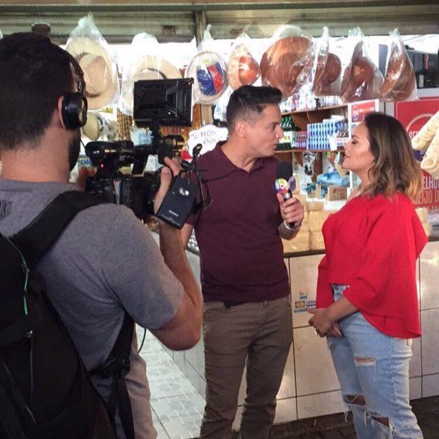 PGviu o jornalista Leo Dias entrevistando a cantora Samyra Showhellip